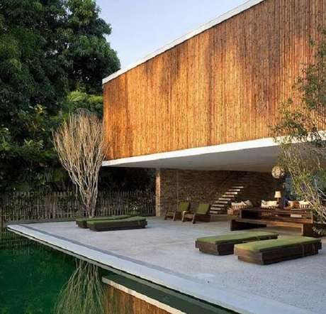 28. A cerca de bambu pode ser utilizada na fachada do imóvel. Fonte: Pinterest