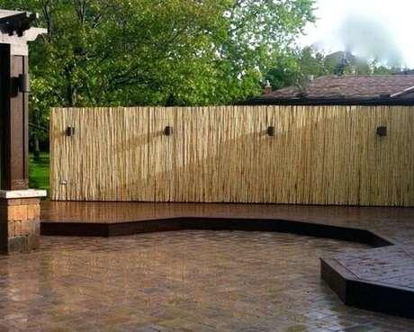 30. A cerca de bambu traz privacidade ao ambiente. Fonte: Pinterest