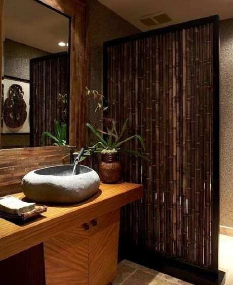 31. A cerca de bambu traz um toque especial para a área de banheira. Fonte: Pinterest