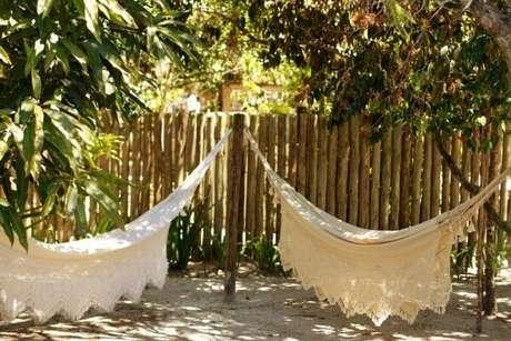 33. A cerca viva é excelente para decorar ambientes com rende de tecido. Fonte: Pinterest