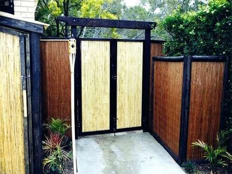 34. A entrada da casa foi estrutura com cerca de bambu. Fonte: Pinterest