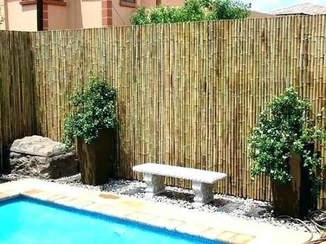 36. Área da piscina delimitada com cerca de bambu. Fonte: Deco Design