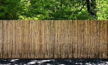 82. Modelo de cerca de bambu fixada em área externa. Fonte: Pinterest