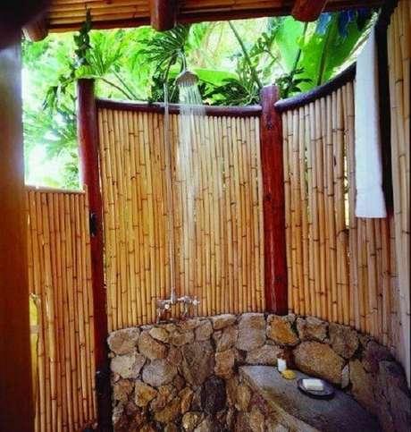 14. A cerca de bambu traz um toque especial para o momento do banho. Fonte: Pinterest
