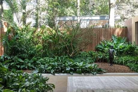 40. Jardim residencial com cerca de bambu ao fundo. Fonte: Casa Cor