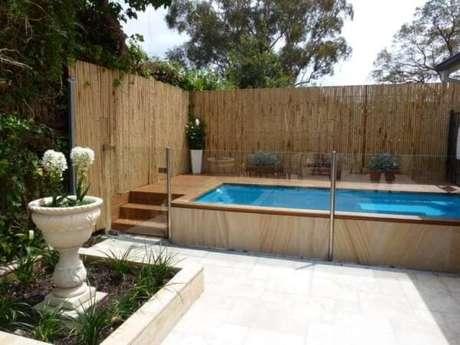 56. A área da piscina foi delimitada com cerca de bambu. Fonte: Pinterest