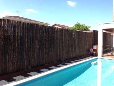 58. A cerca alta traz privacidade para a área da piscina. Fonte: Pinterest