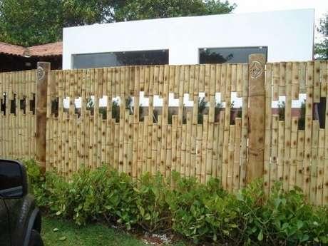 41. Cerca de bambu com design criativo para o ambiente de jardim. Fonte: Pinterest