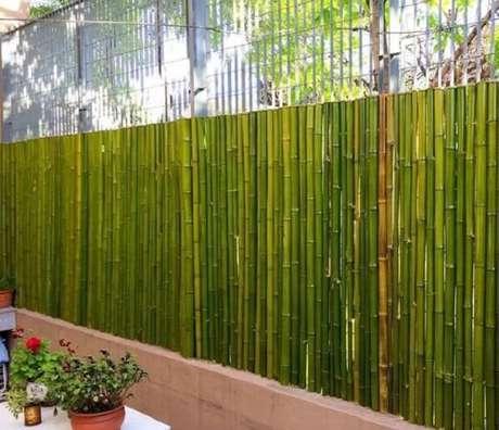 44. Cerca de bambu fixada em cima de uma base de concreto. Fonte: Pinterest