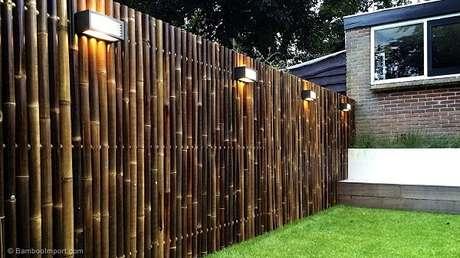 2. Cerca de bambu instalada no jardim delimita o terreno do imóvel. Fonte: Pinterest