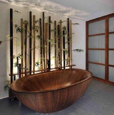 47. Cerca de bambu na parede compõe a decoração desse banheiro. Fonte: Pinterest