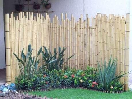 48. Cerca de bambu para jardim pequeno. Fonte: Pinterest