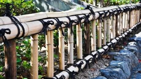49. Cerca de bambu pequena amarrada com cordas em tom preto. Fonte: Pinterest
