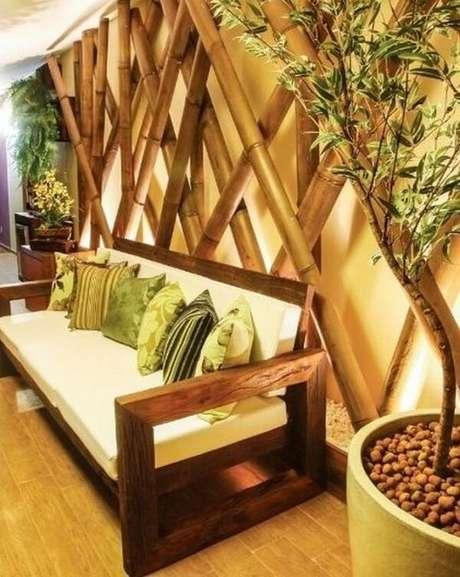 50. Cerca de bambu trançado instalado em ambiente interno. Fonte: Pinterest