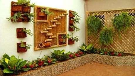 51. Cerca de bambu trançado serviu de suporte para as samambaias do local. Fonte: Pinterest