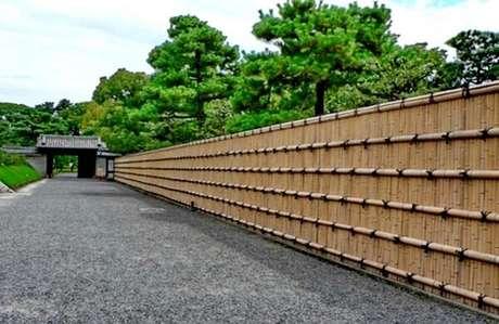 62. Entrada de chácara conta com a presença de uma grandiosa cerca de bambu. Fonte: Bambu Tratado