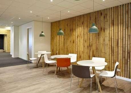 63. Estabelecimento comercial com bambu traz rusticidade ao ambiente. Fonte: Pinterest