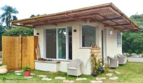 64. Casa pequena com cerca de bambu na parte externa. Fonte: Homify