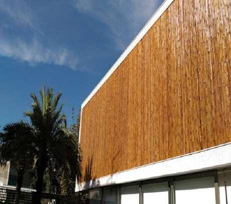 65. Fachada de casa recebeu acabamento com cerca de bambu. Fonte: Homify