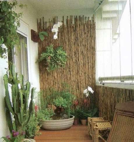 67. Invista em uma cerca de bambu na área de varanda. Fonte: Pinterest