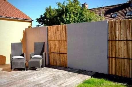 70. Mescle materiais, aqui a cerca de bambu se mistura com o acabamento em concreto. Fonte: Pinterest