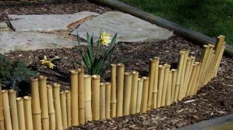71. Mini cerca de bambu fixada no jardim. Fonte: Pinterest