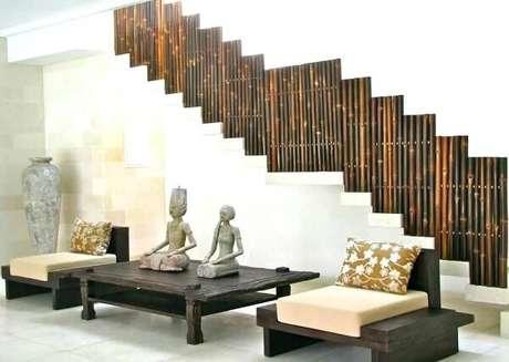 3. O guarda corpo da escada recebeu como acabamento a cerca de bambu. Fonte: Pinterest