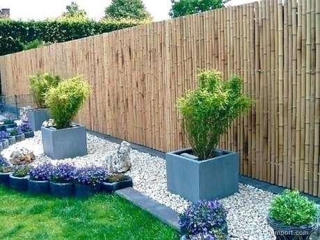 76. O jardim recebeu a graciosa presença da cerca de bambu. Fonte: Pinterest