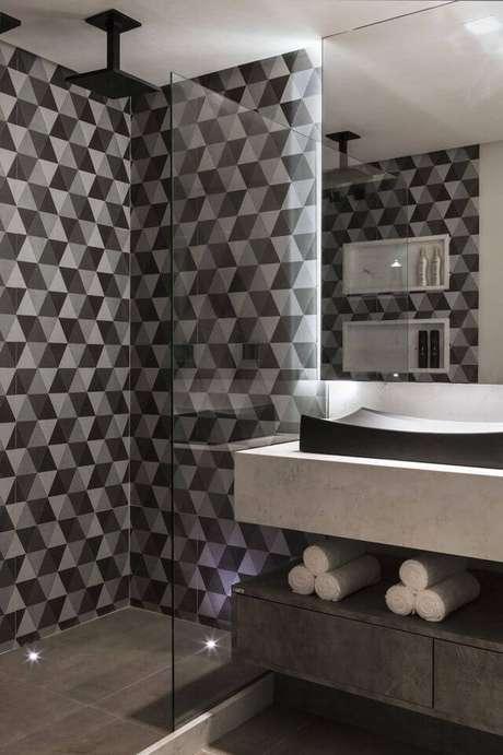 1. O papel de parede geométrico oferece muito mais diversão à decoração. Projeto de Célia Beatriz