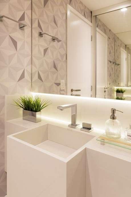 19. Até mesmo banheiros podem ficar lindos com o papel de parede geométrico. Projeto de GF Projetos