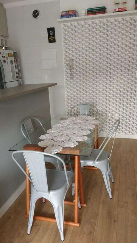 20. O papel de parede geométrico sempre representa uma escolha divertida para a decoração. Projeto de Audrey Migliani