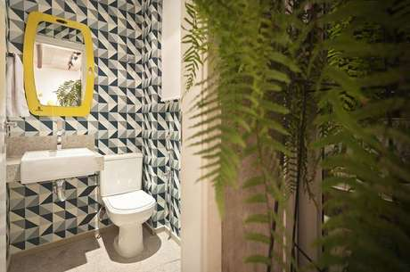 27. As cores do papel de parede geométrico precisam combinar com o restante do cômodo. Projeto de Amis Arquitetura & Design