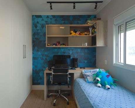 31. Use o efeito do papel de parede geométrico a favor da decoração. Projeto de Red Square Arquitetura