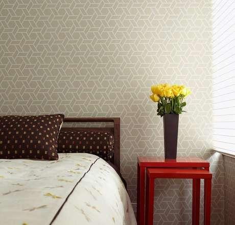 34. O padrão do papel de parede geométrico é o que oferece ao cômodo o efeito desejado. Projeto de Patrícia Martinez