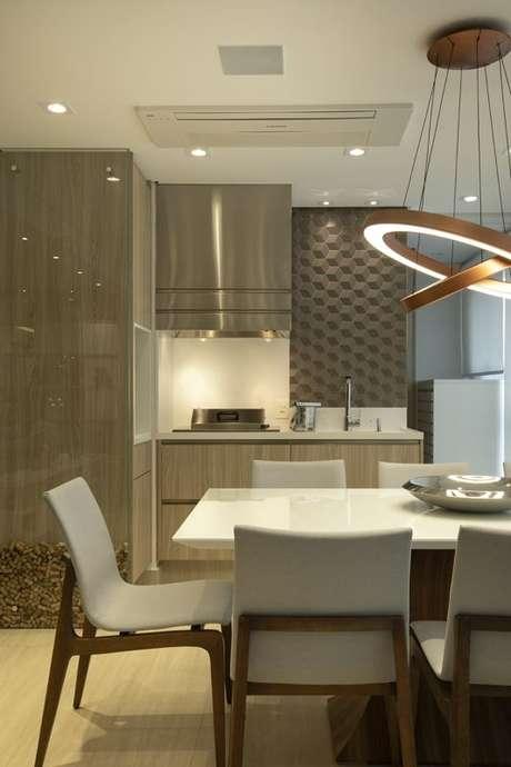 39. O papel de parede geométrico pode oferecer um grande efeito ao cômodo mesmo se estiver apenas em detalhes. Projeto de LAM Arquitetura & Interiores