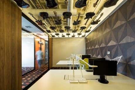 44. O papel de parede geométrico sempre possui um espaço na decoração. Foto: Revista Viva Decora.