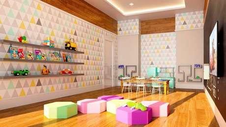 45. Ambientes infantis ganham muito com papel de parede geométrico. Foto: Revista Viva Decora.