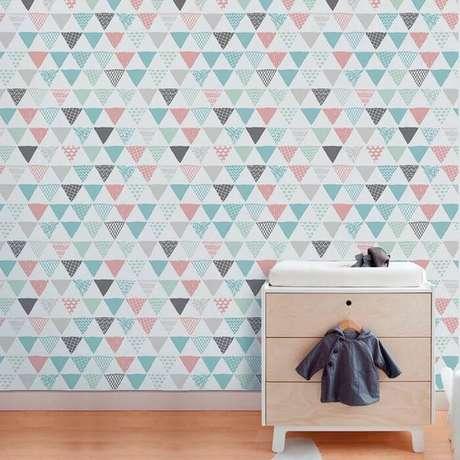 2. O papel de parede geométrico colorido é sempre muito chamativo. Foto: Na Parede