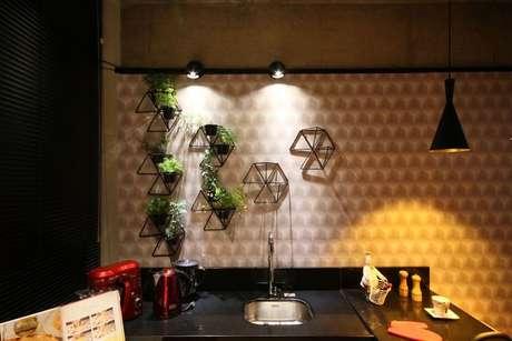 12. A depender do cômodo, o papel de parede geométrico pode mudar toda a decoração. Projeto de Ana Hamacek