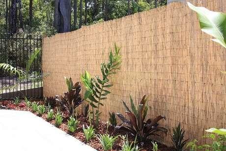 79. Pequeno jardim com cerca de bambu. Fonte: O Meu Jardim