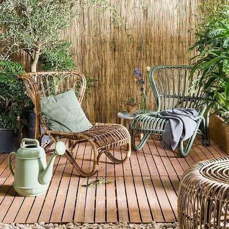 80. Terraço aconchegante com cerca e cadeira de madeira. Fonte: Pinterest