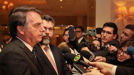 Presidente Jair Bolsonaro fala a jornalistas durante viagem à China