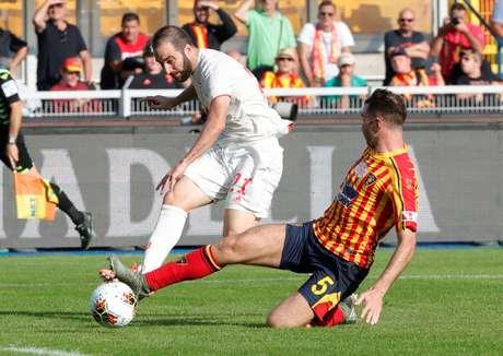 Lance entre Higuain, do Juventus, e Fabio Lucioni, do Lecce; partida terminou com empate modesto