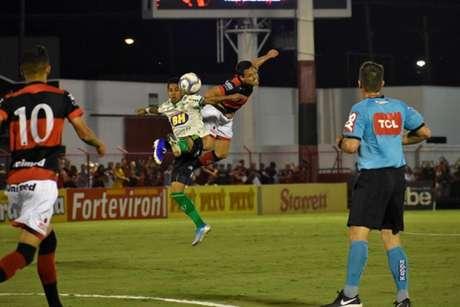 O Coelho teve muita raça no complicado duelo contra o Atlético-GO, conseguindo o empate nos minutos finais- (Mourão Panda/América-MG)