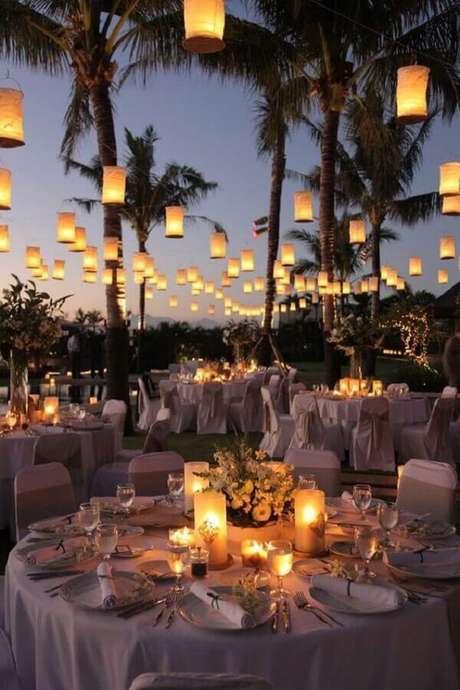 5. As velas vão levar um toque aconchegante para a sua festa de casamento no campo a noite – Foto: Reedecore