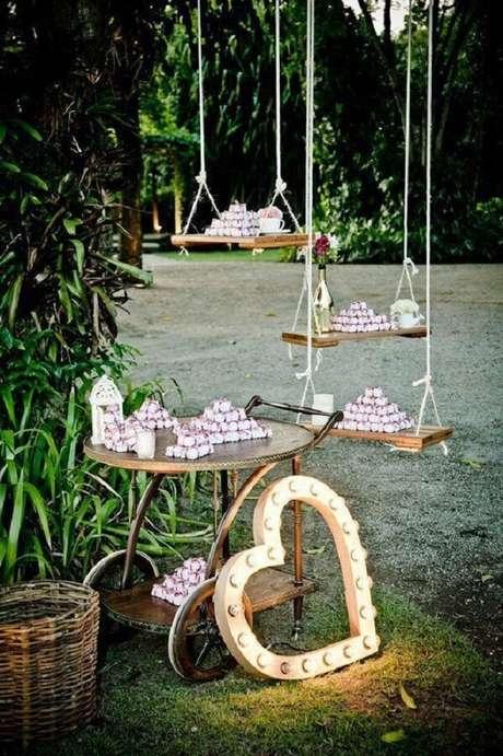 36. Decoração de festa de casamento no campo com doces apoiados em balanças – Foto: Weddbook