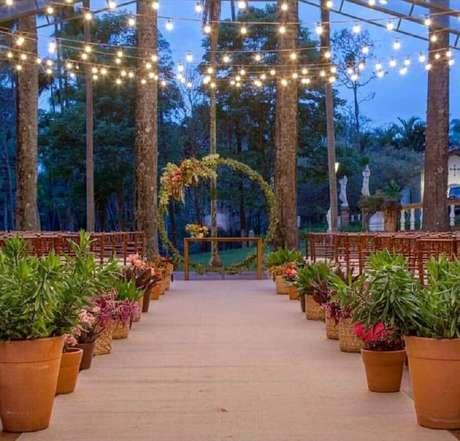 39. Vasos de cerâmica para decoração de cerimônia de casamento rústico no campo a noite – Foto: Glau Miranda