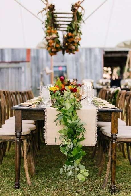 9. Decoração com arranjo de flores e folhas para festa de casamento no campo de dia – Foto: Assetproject