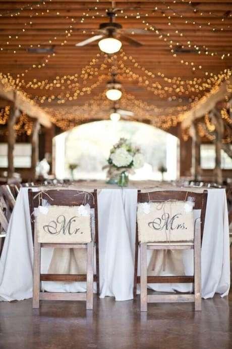 47. Decoração para casamento simples no campo com luzinhas pisca pisca no teto – Foto: Archzine