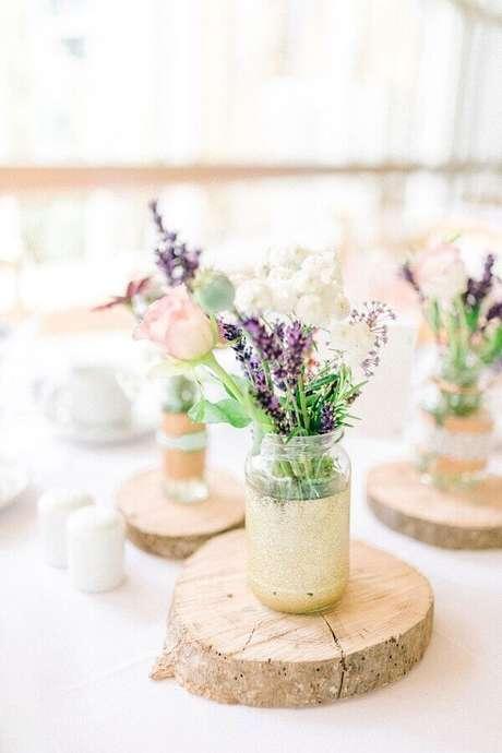 73. Arranjo de flores simples com vasinhos de vidro para casamento simples no campo – Foto: Pinterest